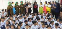 นักศึกษาหลักสูตรศึกษาศาสตรบัณฑิต สาขาวิชาการศึกษาปฐมวัยนักศึกษาชั้นปีที่ 1 จัดการแสดงละครเวทีภาษาอังกฤษเรื่อง Hansel and Gretel ให้กับน้อง ๆ โรงเรียนสาธิตละอออุทิศ
